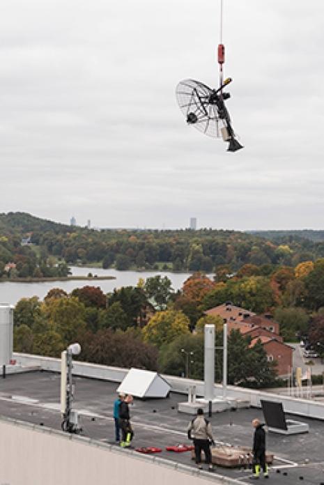 Det nya radioteleskopet lyftes på plats 29 september 2017. Foto: Magnus Näslund